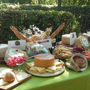 Mesa de quesos del evento de vinos catering mesa de temporada