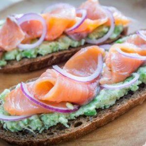 tostas aguacate y salmón